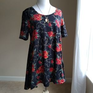 🌹Lularoe perfect tee- xs roses and barbed wire